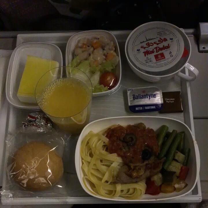 エミレーツ航空の暗闇の機内食