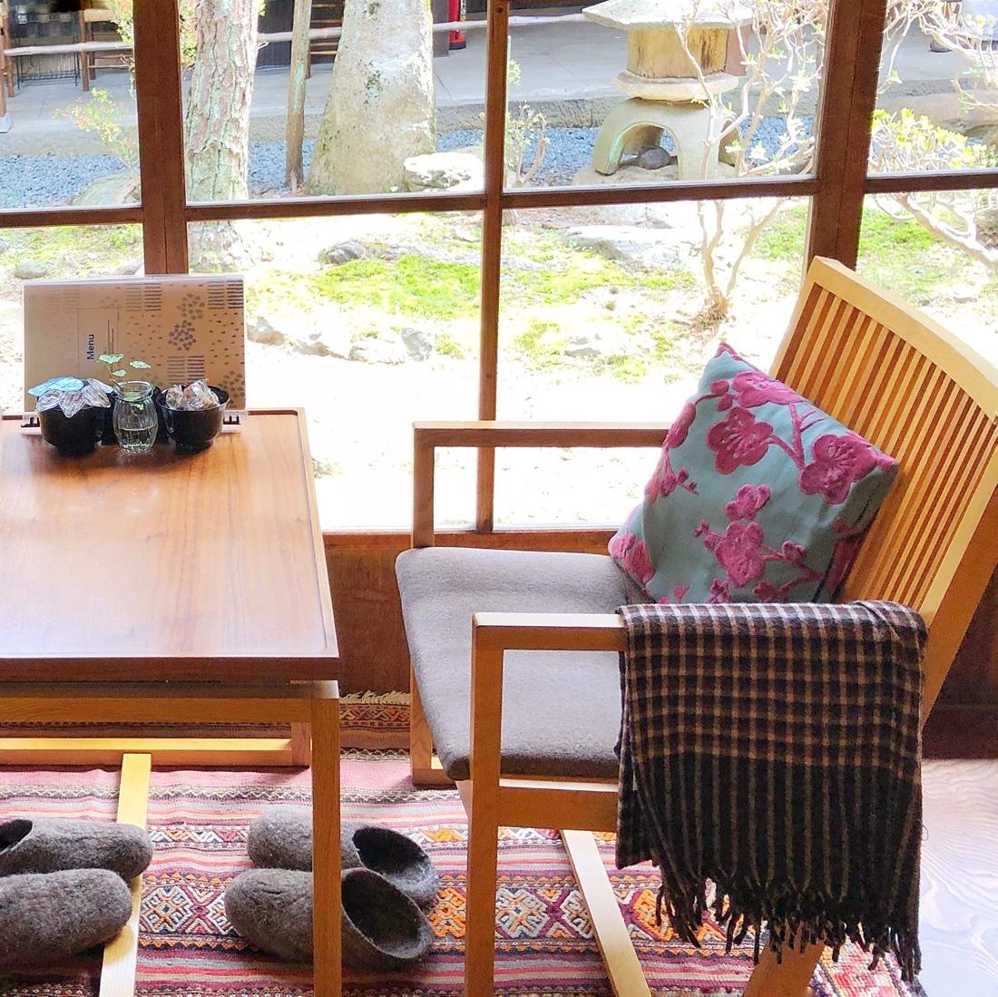 カフェ青の窓際の席