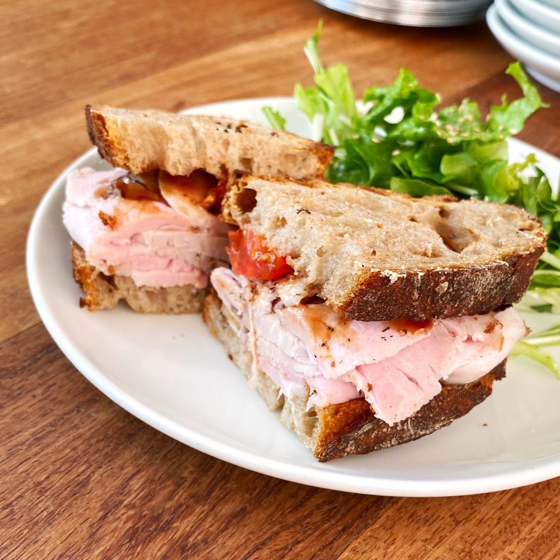 まちのパーラーのローストポークのサンドイッチ
