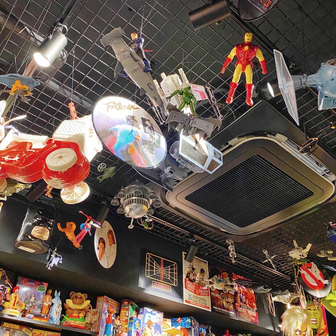 映画カフェノップの天井のアイアンマン