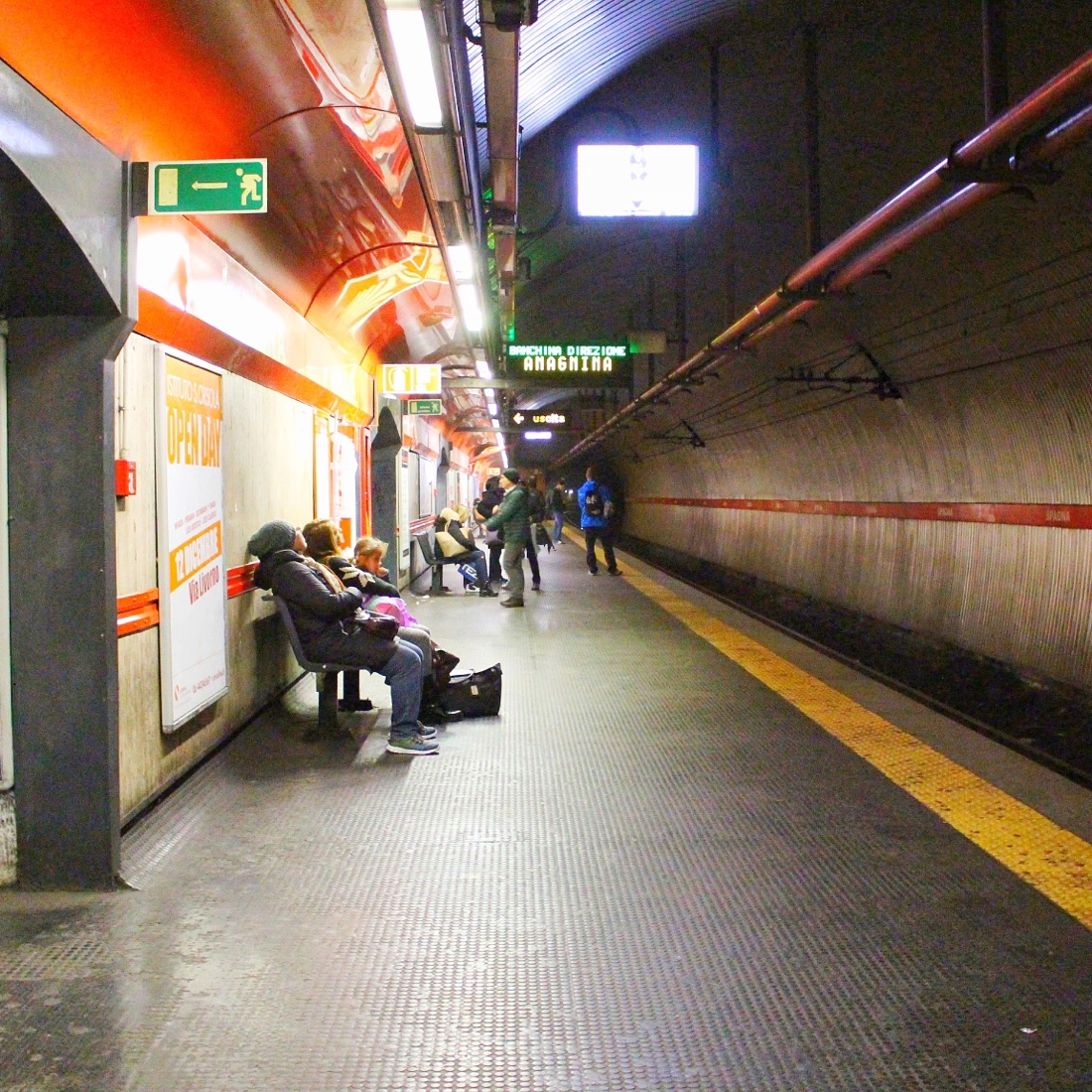 ローマのメトロの地下鉄ホーム
