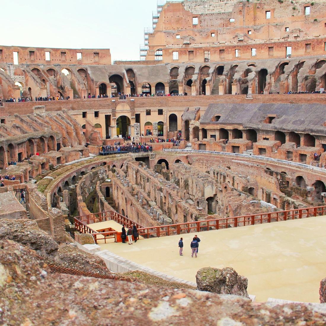 ローマの観光地コロッセオの内部