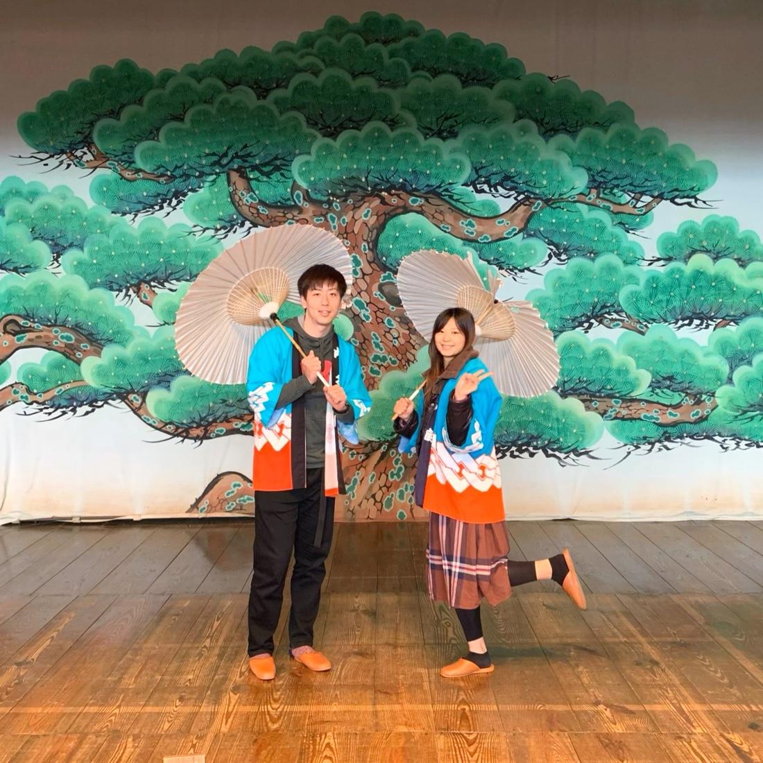 内子座の舞台の上で記念撮影