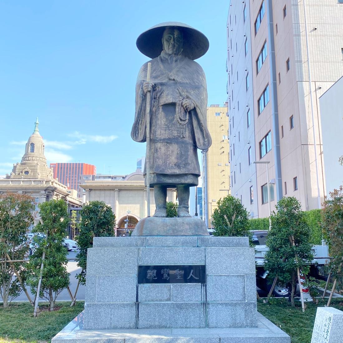 築地本願寺の親鸞の像